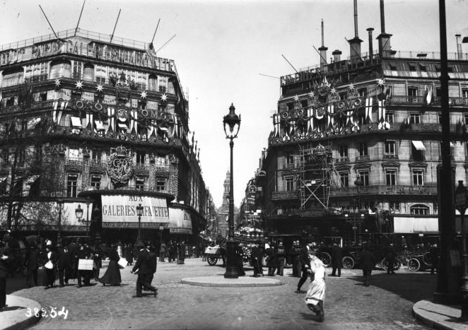 photo of Aux Galeries Lafayette, Paris, 1914
